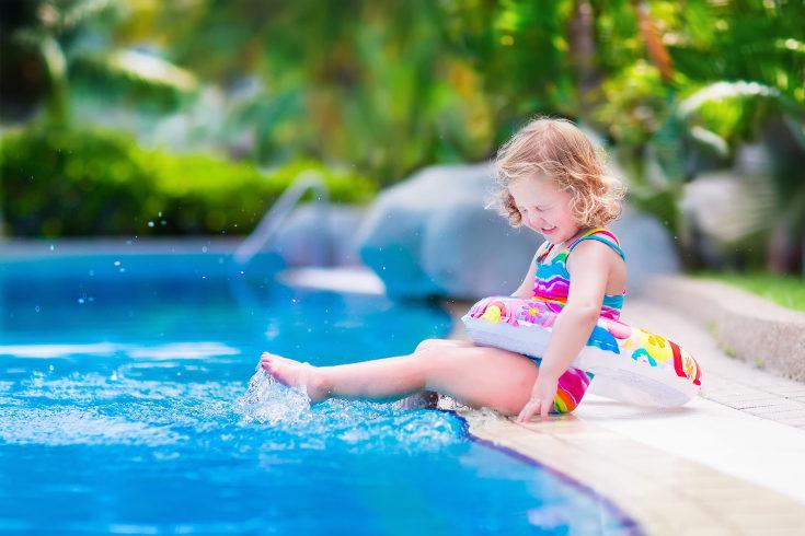 Debemos vigilar en todo momento a nuestros hijos en la piscina