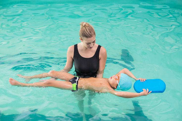 Es importante que tus hijos aprendan a nadar para evitar que se puedan ahogar en la piscina o playa