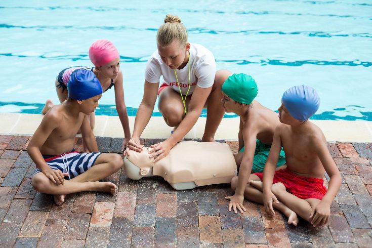 Es importante que los niños sigan en seguimiento médico unos días después del ahogamiento