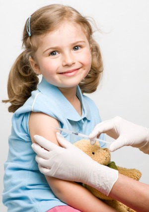 Niña vacunándose