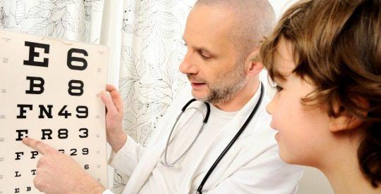 Niño con miopía