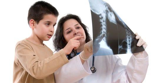 Niño mirando una radiografía