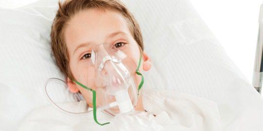 Niño con máscara de oxígeno