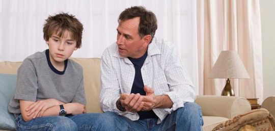 Padre regañando a un hijo desobediente