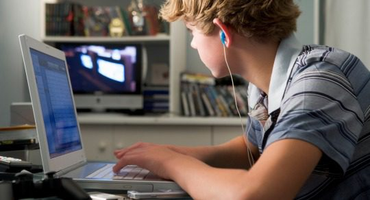 Niño frente al ordenador