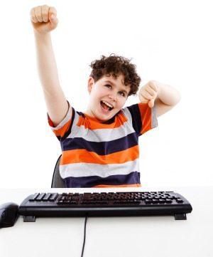 Niño con teclado
