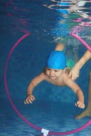 Bebé nadando