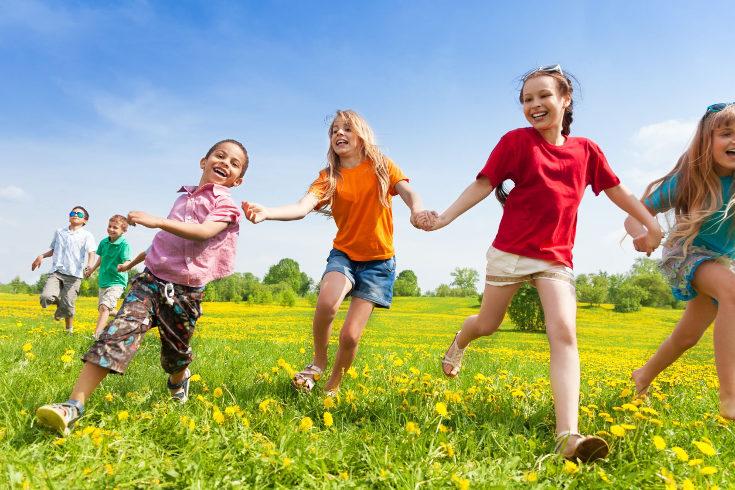 En los juegos de psicomotricidad infantil podemos usar objetos como aros, sillas o globos