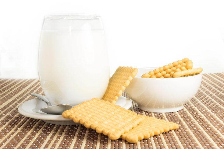 Los niños con intolerancia a la lactosa sí pueden tomar leche animal, pero sin lactosa, en la alergia no