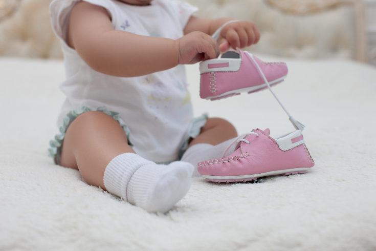 Es importante escoger zapatos que transpiren y eviten la sudoración de los pies del bebé