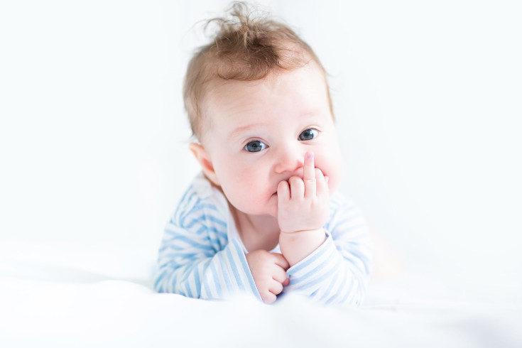 Todos los bebés nacen con los ojos claros, luego se les oscurecen