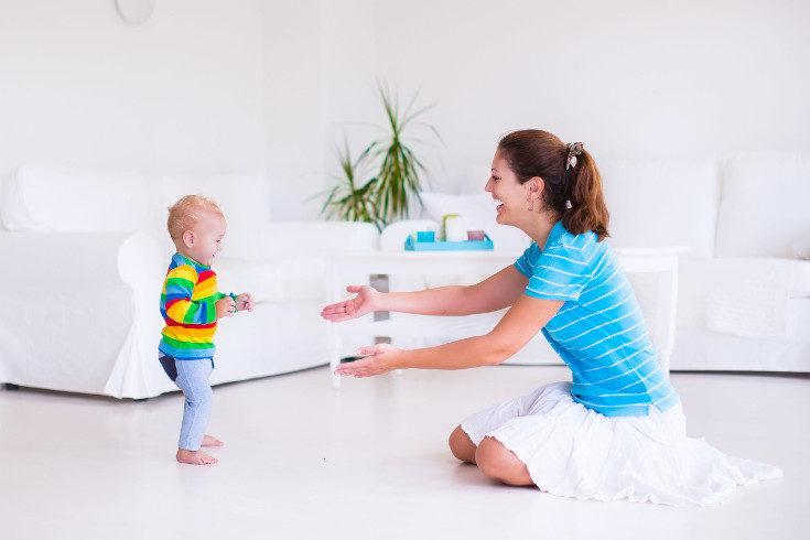 También hay niños que tardan más o menos en hablar, comer solos, ir al baño, etc.