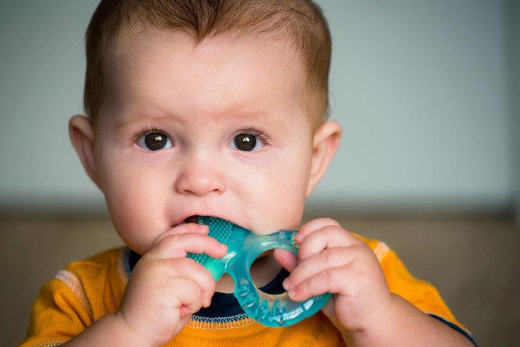 Hay bebés que nacen directamente con los ojos oscuros