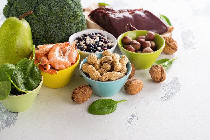 Las verduras, los frutos secos, las legumbres y el pescado son algunos alimentos ricos en hierro
