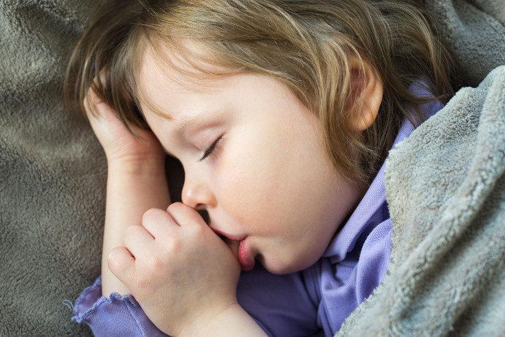 Entre los 2 y los 4 años el niños suele dejar de chuparse el dedo sin que nadie se lo diga