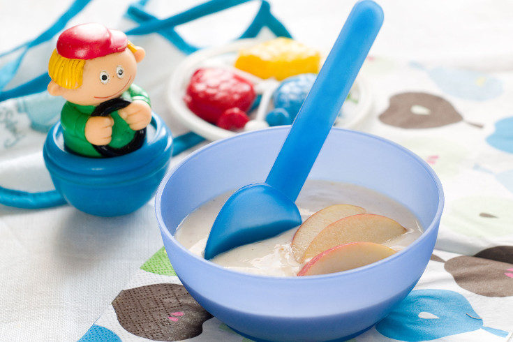 Los cereales y las frutas son una gran manera de dar nuevas comidas al bebé de 6 meses