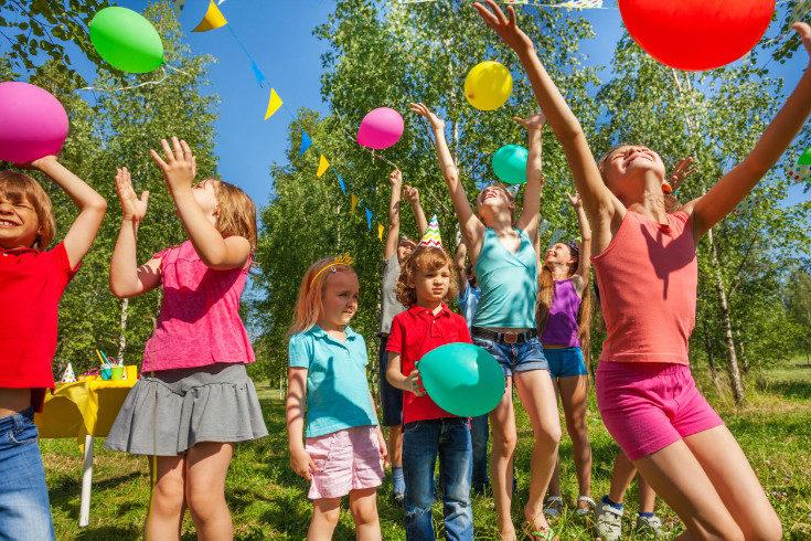 Puedes pensar juegos e ideas tanto si el cumpleaños es en casa como al aire libre