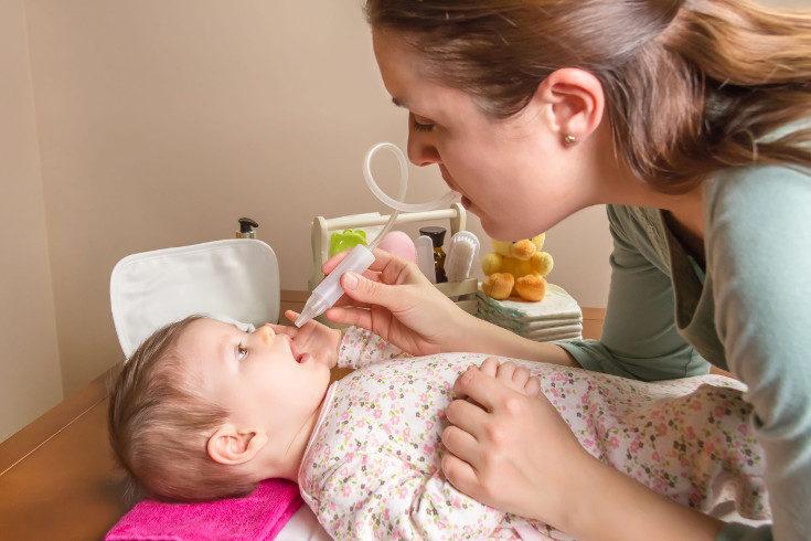 Mantén sus fosas nasales limpias, sobre todo si tiene catarro, para evitar que el bebé respire mal de noche