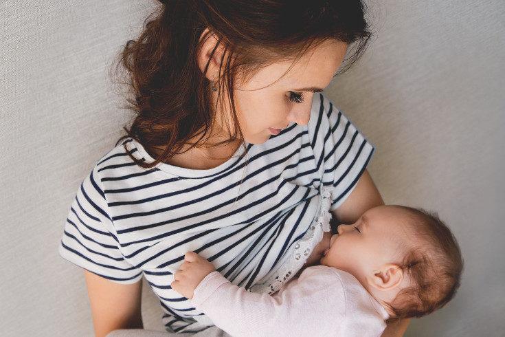 Recuerda que si le das el pecho el bebé demandará cuándo quiere comer, no es necesario despertarle ni darle más cantidad de la que desea