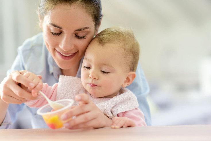 A los 9 meses los bebés pueden comer trozos pequeños de comida sólida, como fruta