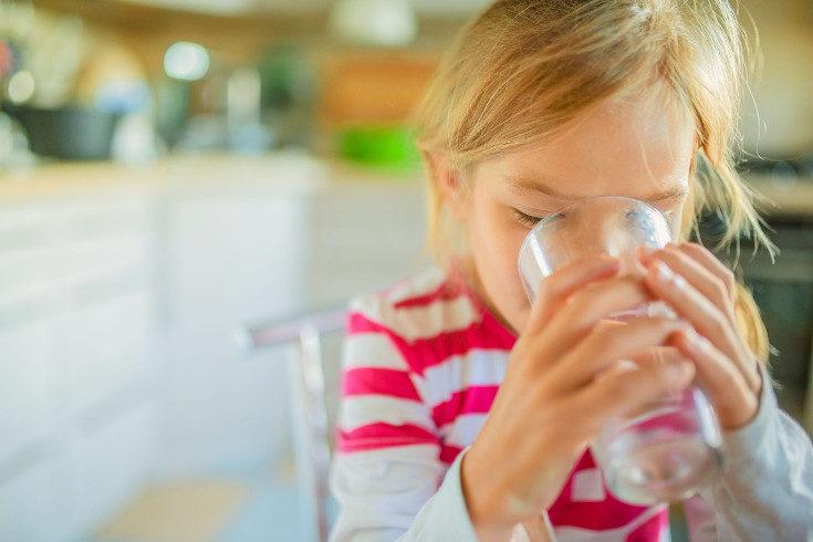 No es bueno limitar la ingesta de agua de los niños por la noche
