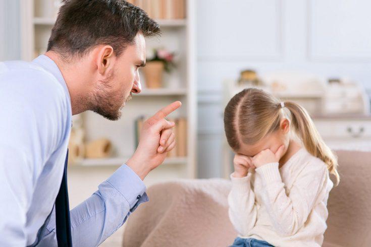 Gritar a tus hijos puede causarle tanto daño como golpearle