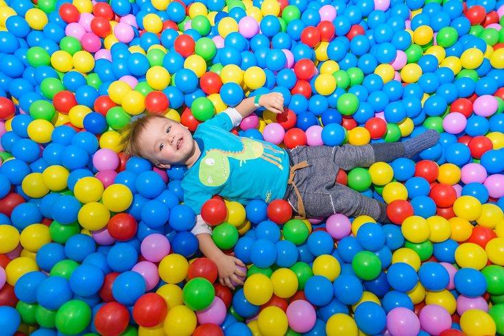 Las bolas de colores pequeñas son fáciles de encontrar, son baratas y los niños lo usan en grande