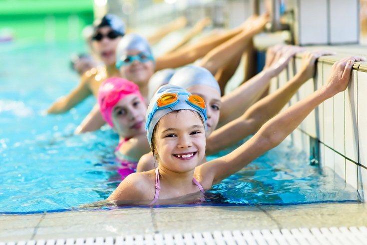 Un niño temeroso del agua necesita modelos a seguir para que la experiencia sea agradable