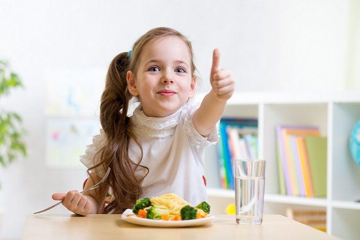 Como padres es una tarea fundamental de crianza ayudar a los niños a que desarrollen hábitos alimenticios saludables