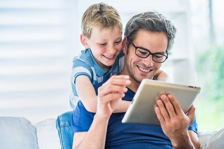 Si tu hijo te pide algo, no se lo des inmediatamente, dile que se esperes 5 minutos hasta que acabes tu tarea
