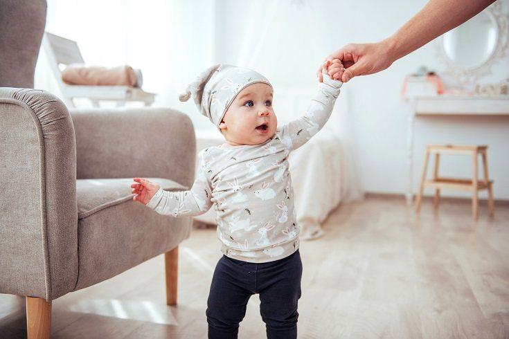 Algunos niños sanos y sin problemas de desarrollo no caminan hasta que tienen 16 o 17 meses