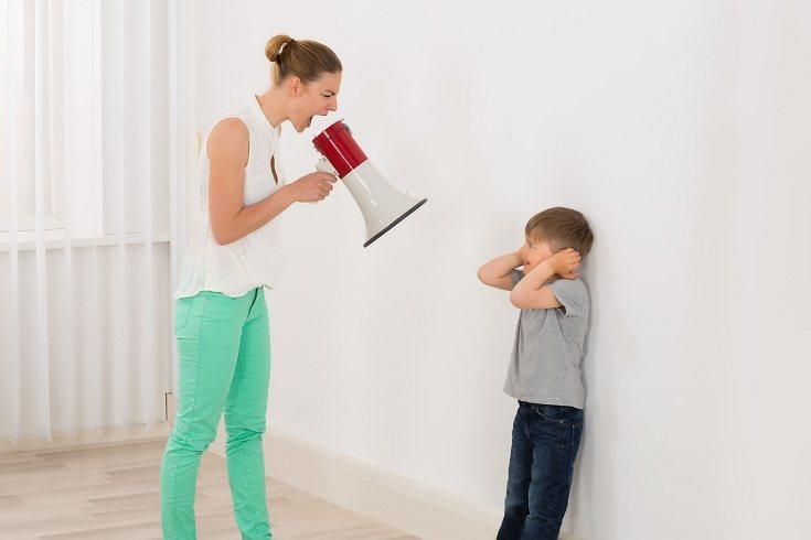 En lugar enfadarte, habla con tu hijo con calma