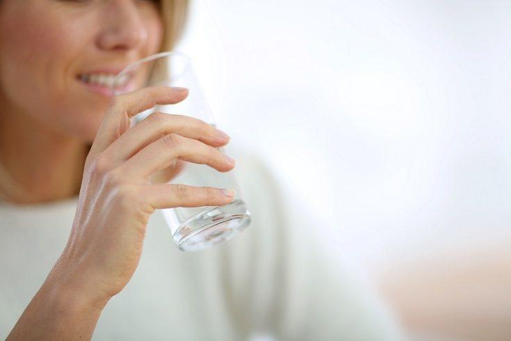 Debes calcular tu peso porque será el indicador del agua que debes ingerir diariamente