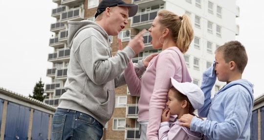 Madre tratando de impedir que sus hijos pasen tiempo con el padre