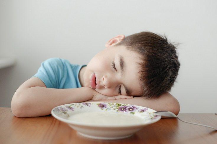 La deshidratación también puede ser una causa de que un niño se sienta aletargado