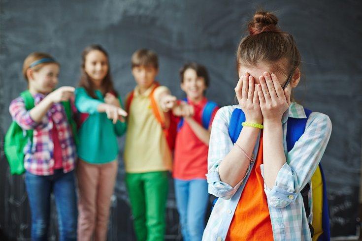 Normalmente un padre o una madre sabrá que su hijo intimida cuando recibe una llamada de la escuela diciendo que su hijo a agredido a otro