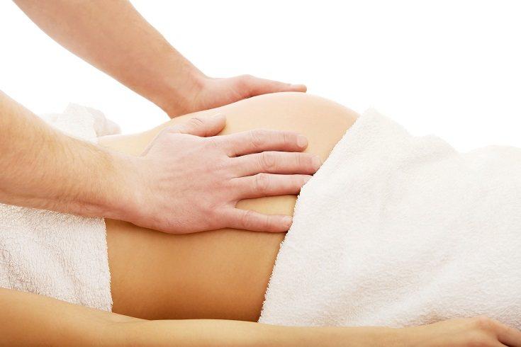Siempre que el masaje perineal lo vaya a realizar tu pareja, es importante que también tenga toda la información al respecto