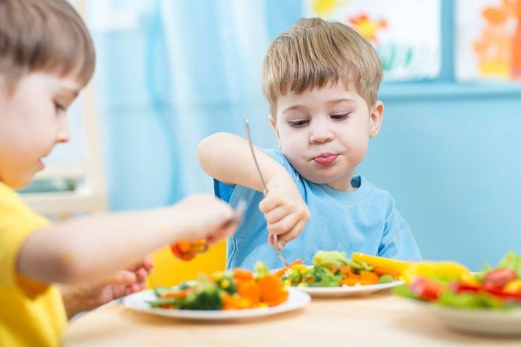 A los niños les gusta comer con las manos