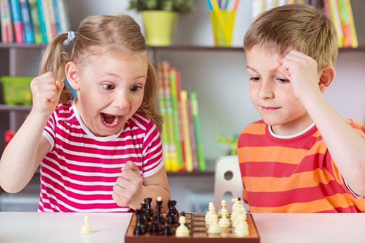 Alienta al niño a inventar una historia y compartirla o actuar con los demás para desarrollar habilidades de pensamiento