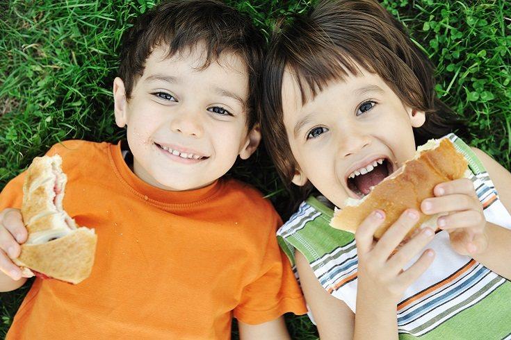 Muchos padres con tal de que sus hijos coman, les dan cualquier cosa, incluso alimentos que no son saludables