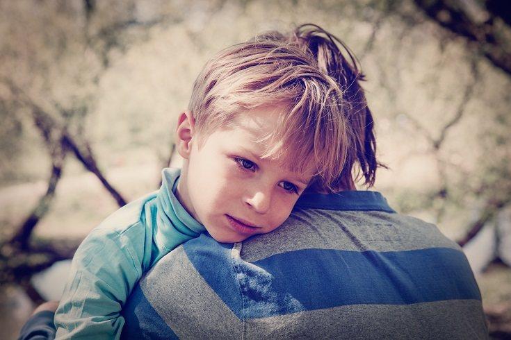 Para no perder a tu hijo de vista, cuando vayas a un lugar público con él, asegúrate de que vista con ropa brillante
