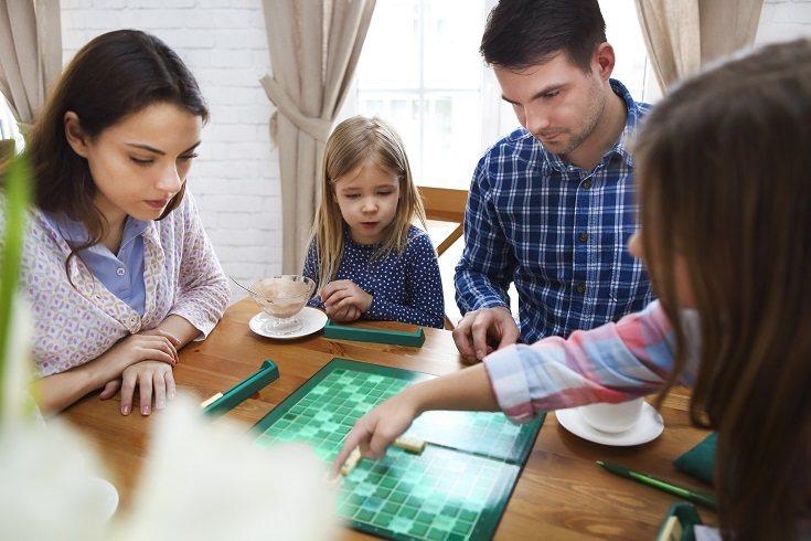 Otro beneficio importante de jugar juegos de mesa con los hijos es la autoeducación