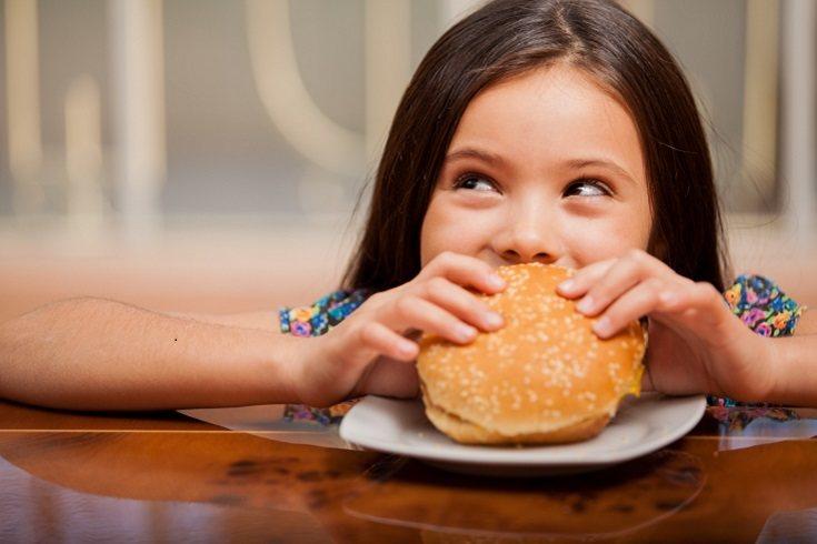 Los niños deben alimentarse de forma sana y adecuada para que su crecimiento sea óptimo