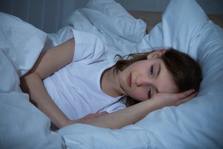 Siéntate junto a su cama o cuna y pon tu mano sobre él mientras se acurruca con su objeto de confort