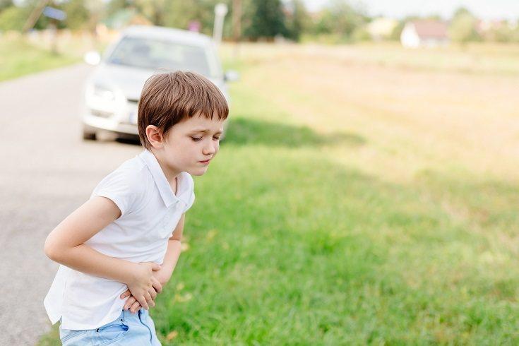 Si el niño vomita debes evitar el ofrecerle en todo momento bebidas azucaradas ya que pueden agravar el problema