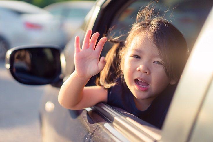 Incluso los niños pequeños pueden saludar a otras personas dando la mano