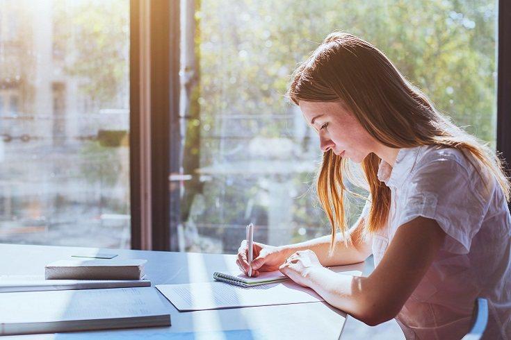 Guarda todos los dispositivos electrónicos y solo que use el ordenador si lo necesita para estudiar y bajo vigilancia