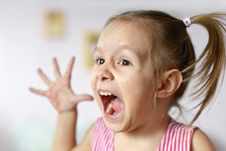 Los niños suelen usar voces chillonas para dirigirse a otros, incluso a los bebés o a las mascotas
