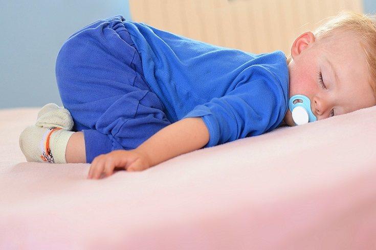 Si tiene mantitas o muñecos de apego, permite que los utilice también en su nueva cama