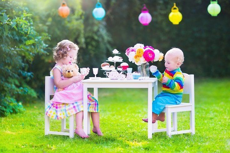 A los niños pequeños les encantan todo tipo de muñecas y figuras
